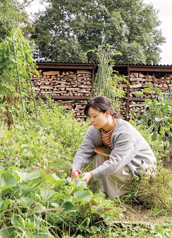 画像: 庭でタイムやオレガノ、ミントなど、さまざまなハーブを育てています。料理や飲み物に、摘みたてを使えば味も香りもフレッシュ