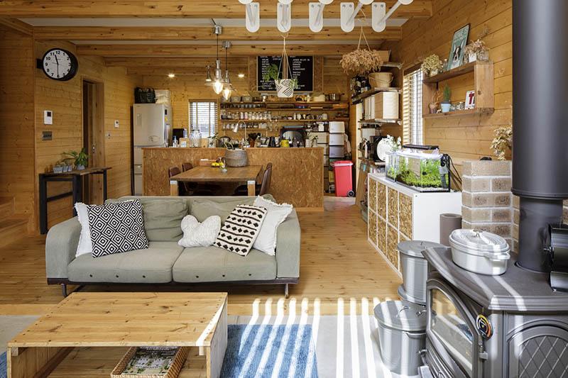 画像: 外と中をゆるやかにつなげるリビング。テーブルや棚はインテリアに合わせてDIYしたもの