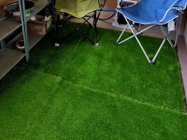 画像: 昔のものと違い、現代の人工芝はとても精巧。足ざわりもよい。