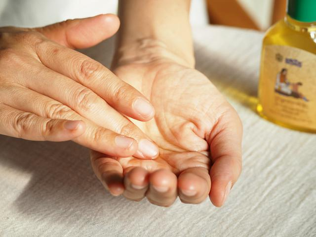 画像: 手のひらにとって両手をこすり合わせ、オイルを温めてからマッサージ。ハードなヨガを行った後でも、お風呂上がりにマッサージすると筋肉痛にならないのだとか