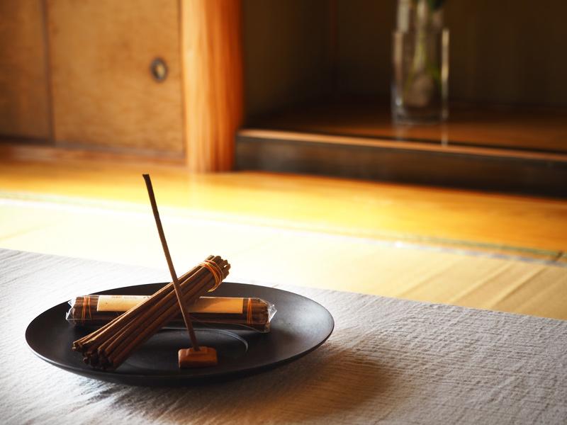 画像: 来客が多いため、お客さまをお見送りした後にもお香を焚くそう。「場をクリアにし、自分用にチューニングする感覚です」