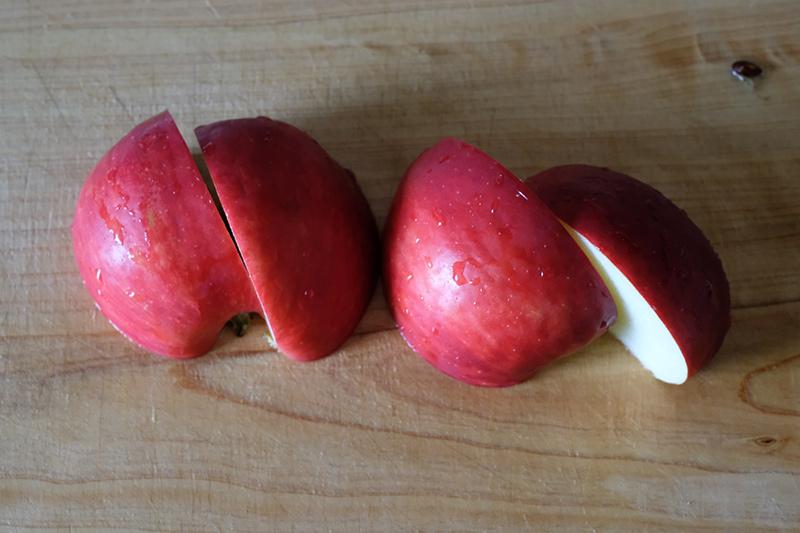 画像: りんごは4等分に切る
