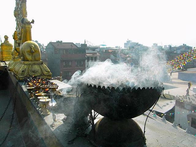 画像: ネパールのチベット寺院では、入口で常に香草が焚かれています。煙がもうもうと出るので、建物内ではスティックのお香を焚くのが一般的。(写真提供:わたなべかおり)