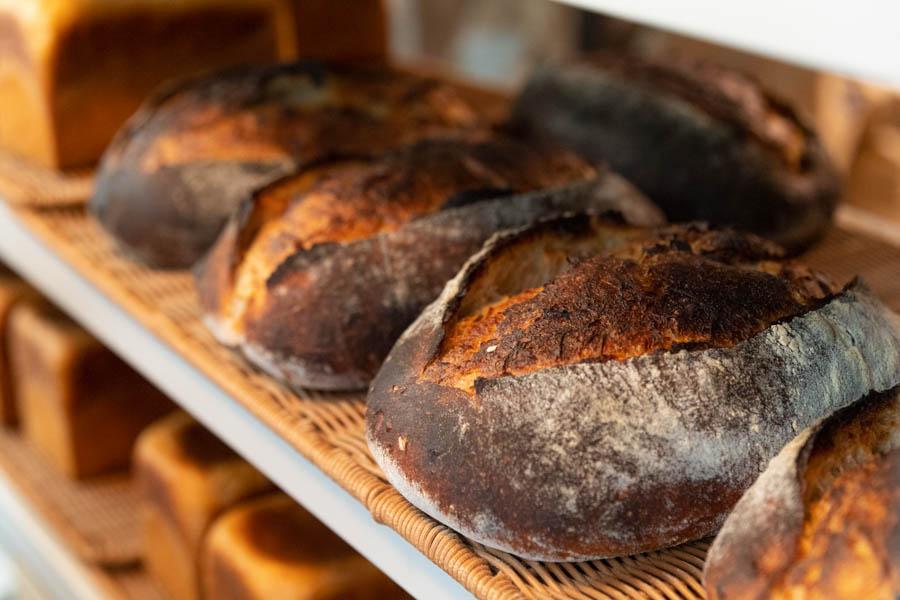 画像: 7種類の国産小麦をブレンドした粉を使った、風味豊かなパン。焼いて食べるのがおすすめだそうで、焼くと皮はカリカリに、中はもっちりのままで、その対比が面白いのだとか