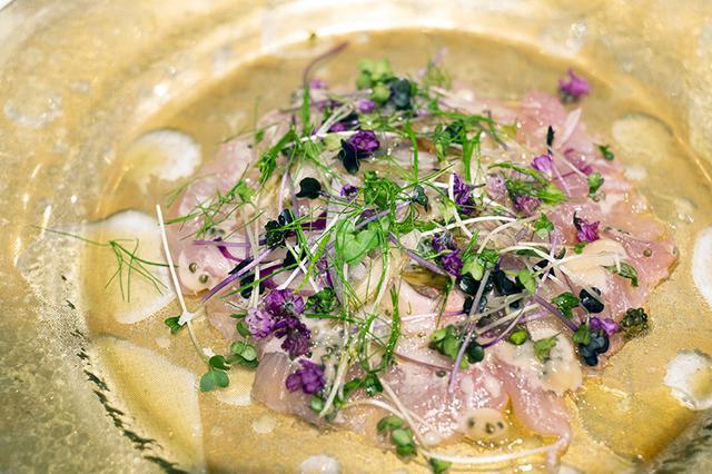 画像: 千葉県産、金目鯛のカルパッチョ。あさりのだしをかけて