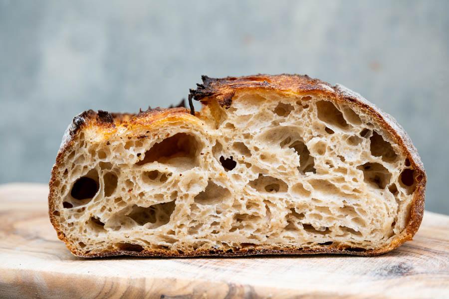 画像: 「みんなのパン」の断面。「グルテンが破壊されている感じ」がよくわかるパン