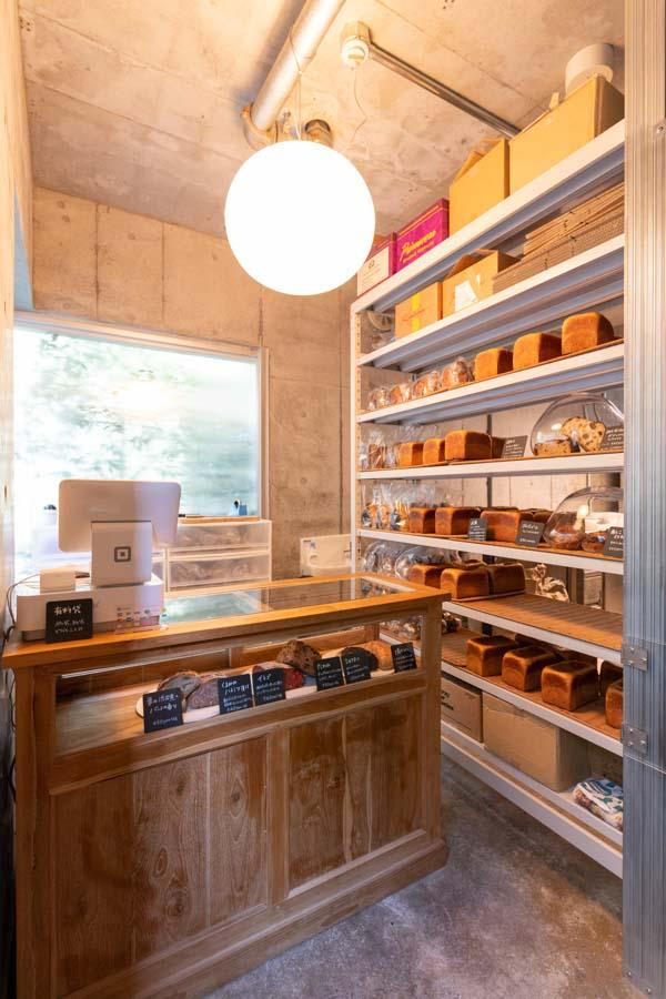 画像: 小ぢんまりとした店内は、木製の趣あるショーケースや棚が彩る素敵な空間
