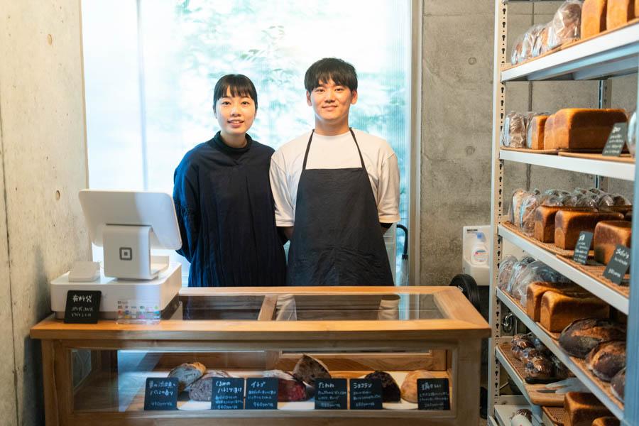 画像: これまた素敵なご夫婦がお出迎えしてくれます。隆志さんがひとりでパンづくりを、安美さんが販売を担当