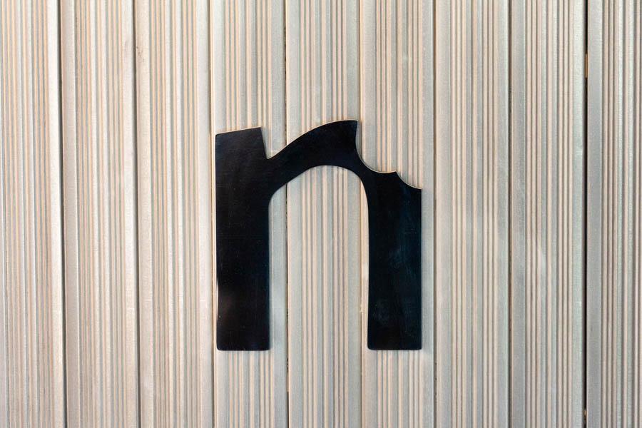 画像: 入口の正面には「n」の文字。右端がちょっとかじられていて面白い