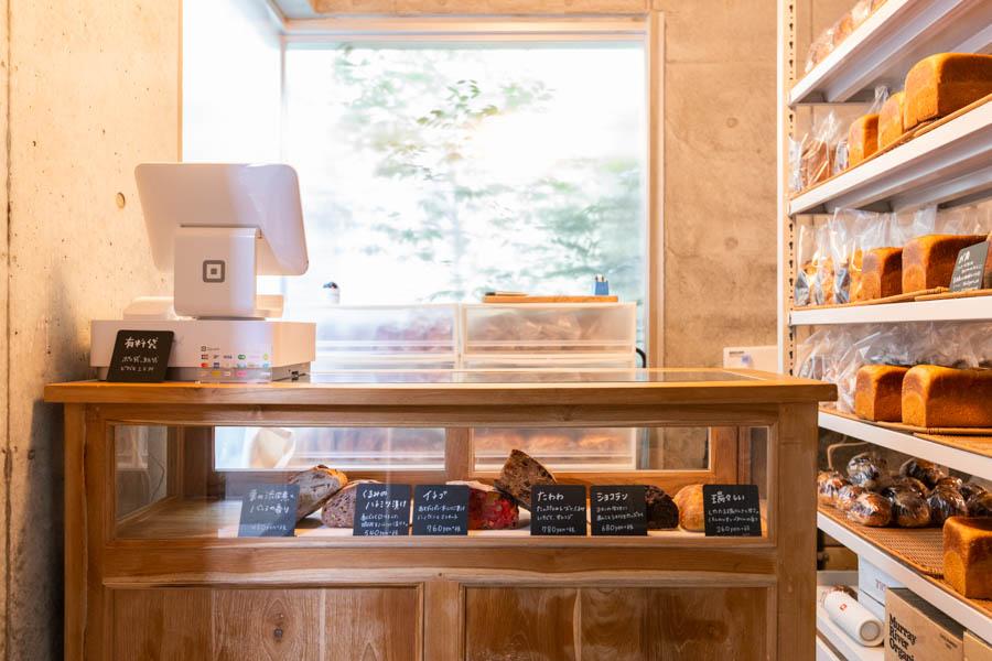 画像: パンが最も多く並ぶのは開店時。2時頃には残り少なくなるので、お早めに