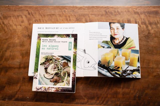 """画像: オオニシ先生がヨーロッパで活動していた当時、出版された本。 (手前)『Les algues au naturel""""自然からの海藻""""」(フランス ALTERNATIVES社出版) (開いている本)『non*fish*a*li*cious """"魚はいらない、が、お・い、し・い""""」(オランダ SEA FIRST出版)"""