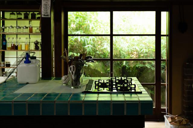 画像: オオニシ先生の料理教室が行われる、ご自宅のキッチン。 ここでは、それぞれの人の体質タイプ、年齢、体調にあった食の選択やレシピをはじめ、春夏秋冬の過ごし方など、さまざまな知恵を学ぶことができます (くわしくは下記プロフィールにあるリンク先を参照ください) 。
