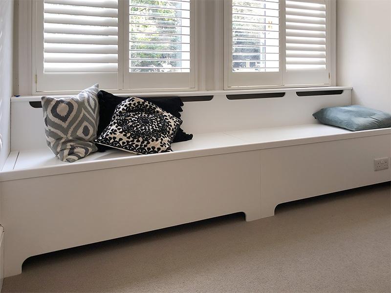 画像: クッションが置かれた窓際のベンチ。このシートとクッションを布から選び製作します