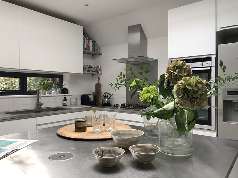 画像: みんなで料理とおしゃべりが楽しめるキッチン