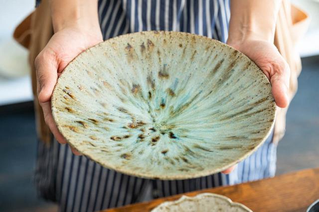 画像: 美しい色合いに目を奪われる「灰釉七寸鉢」。和洋中どんな料理でも合います