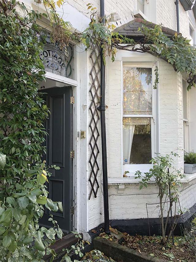 画像: 築100年を超えるシャーロットさんの家。つたが這う外観も味わい深い