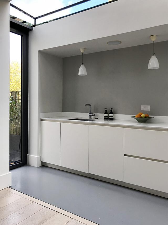 画像: 増築されたキッチンは、屋根がガラスで表明るい