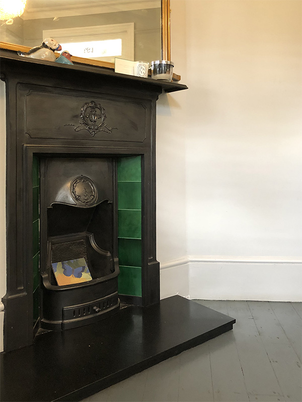 画像: ディーナさんのお宅の玄関を入ったところにある暖炉
