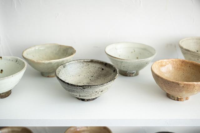画像: 先ほどと同じ「碗」。同じ釉薬でも表情はさまざま。さらに釉薬は同じでも違う土を使ったものなど、いろいろなパターンのものがあります