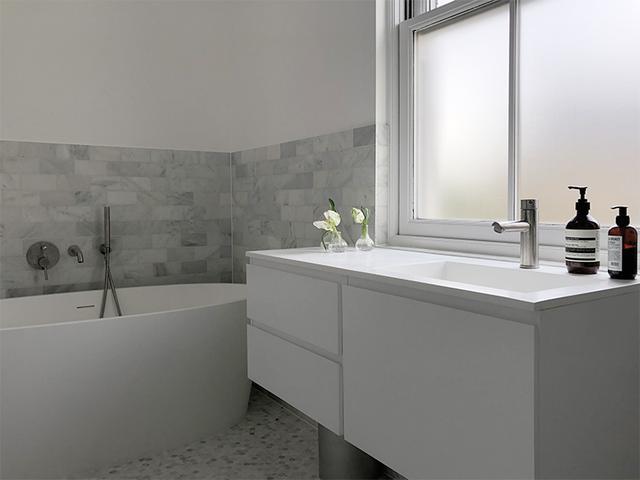 画像: 改装したバスルーム。この窓にブラインドを取り付ける
