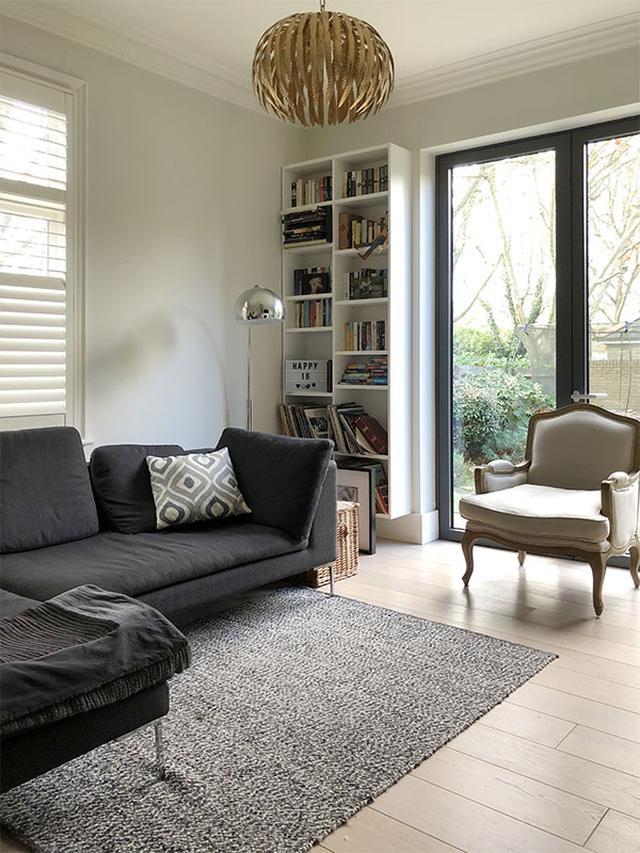 画像: キッチン、ダイニングに繋がっているリビングルーム。アンティークと新しい家具の組み合わせです
