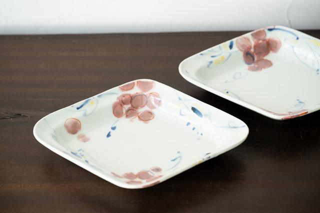 画像: やさしげな葡萄の絵柄が目を引く「葡萄文菱形中皿」。深さがあるので、煮魚など汁気の多い料理を盛るのにもいい