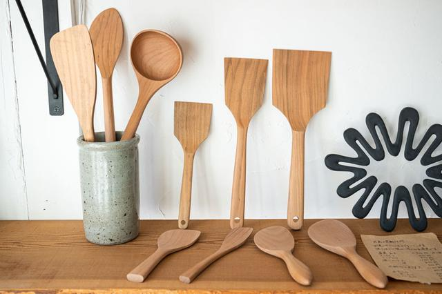 画像: キッチンツールも販売。「台所道具が器と同じくらい好き」という田辺さんがセレクトしただけあって、こだわりの道具が揃います