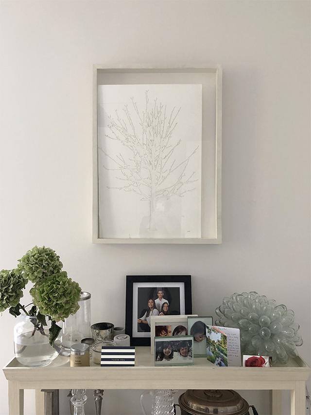 画像: ダイニングの家族の写真やアートが飾られたコーナー