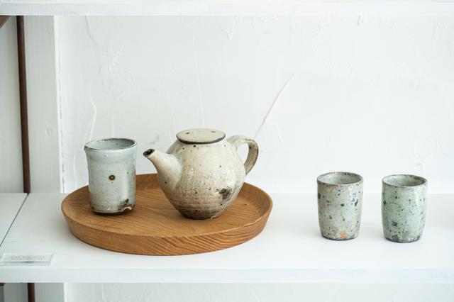 画像: 今年10月に山田隆太郎展を開催。コロンとした形がかわいい「粉引ポット」や味わい深い湯のみをはじめ、多くの作品が並びました