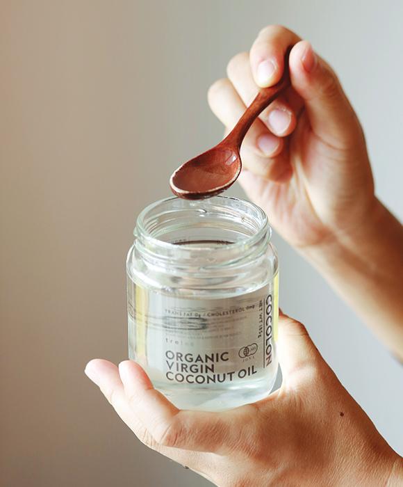 画像: ひとさじ口にふくみ、5分ほどぷくぷく。ココナッツオイルは口内炎対策にも有効