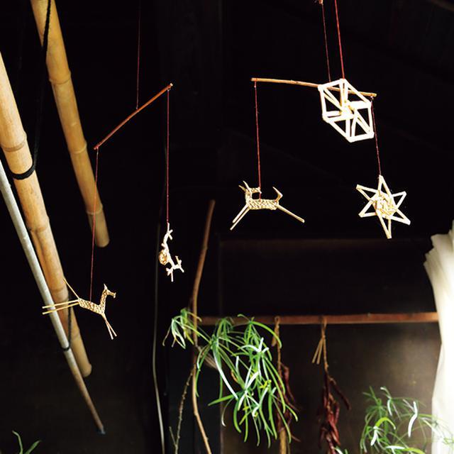 画像: 髙橋さんのお宅の居間に飾られたオーナメント。ゆらゆら空を舞うようにも見えて素敵