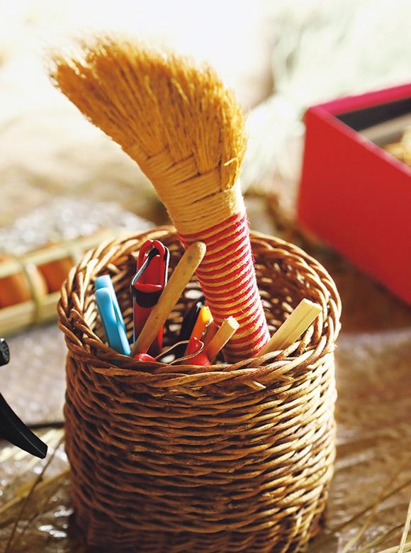 画像: 髙橋さん愛用のミニぼうき。使い込んで、いい具合にすり減り、より掃きやすくなったそう。細かい屑もさっときれいに