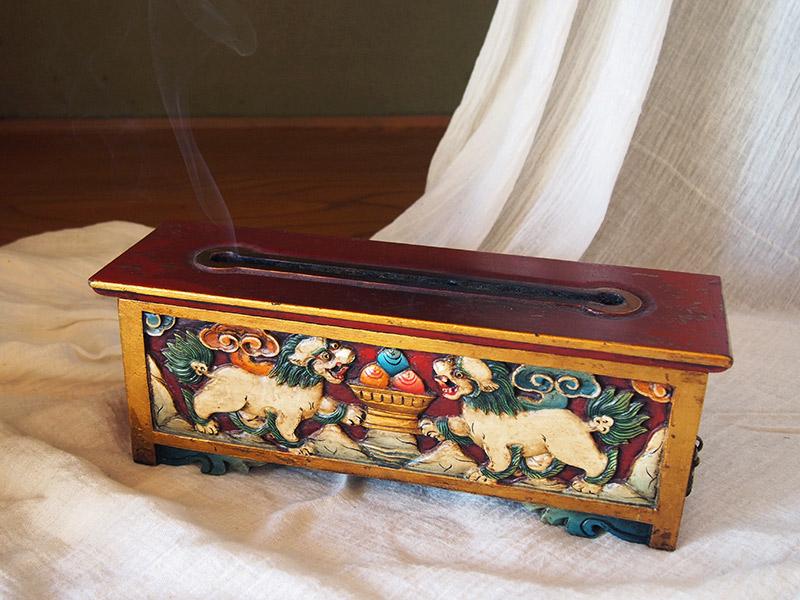 画像: 美しいレリーフが施されたチベット製の香箱。上部のスリットから煙が出てくる様も神秘的です