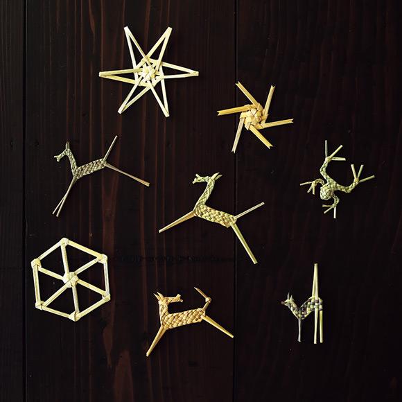 画像: 「工房ストロー」の藁細工のオーナメント。蛙や馬などの動物には藁実子袴(のみごばかま)というしなやかな部位が、星や雪の結晶には堅めの稈(かん)という部位が使われる
