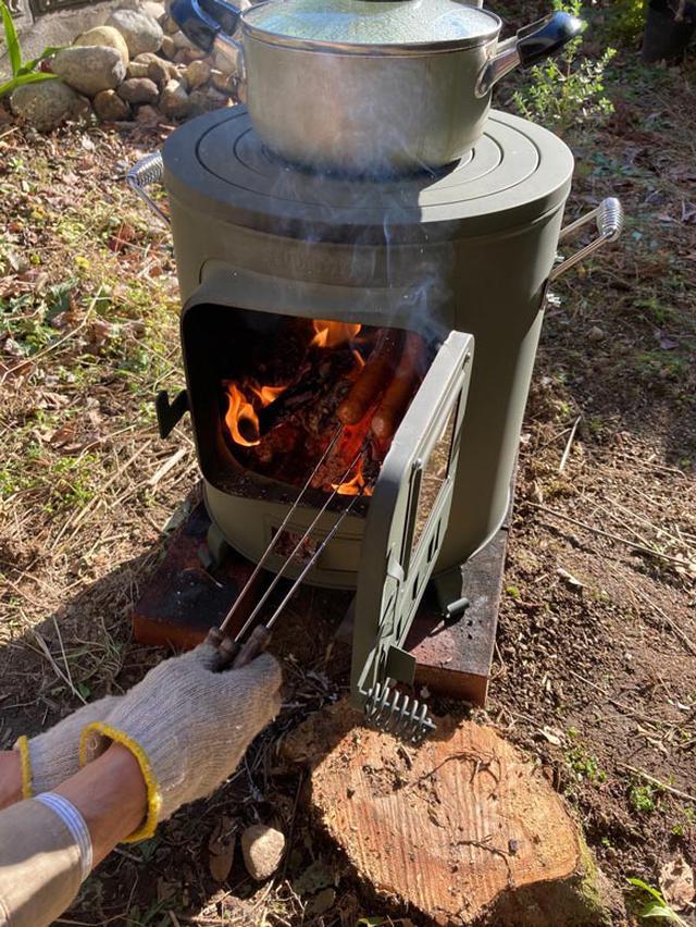 画像: 外で使う薪ストーブでアウトドアクッキング