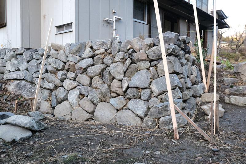 画像: 修理前の石垣(写真上)と、積み直しが完成した石垣(写真下)