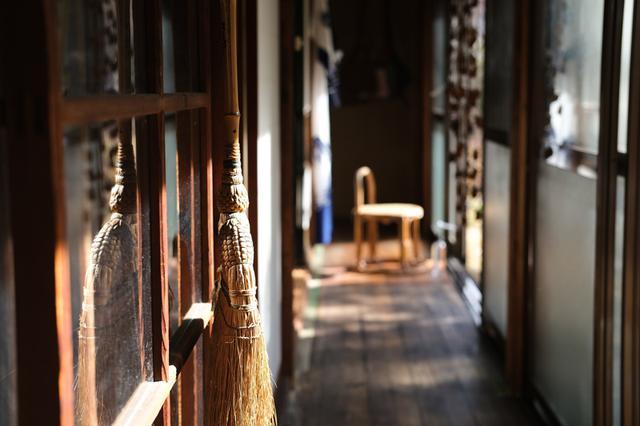 画像: 廊下にも風情が宿るMatari Houseのようす