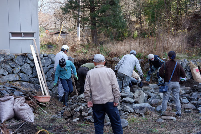 画像: 今井さんの指導のもと、みんなで協力して石垣を崩します