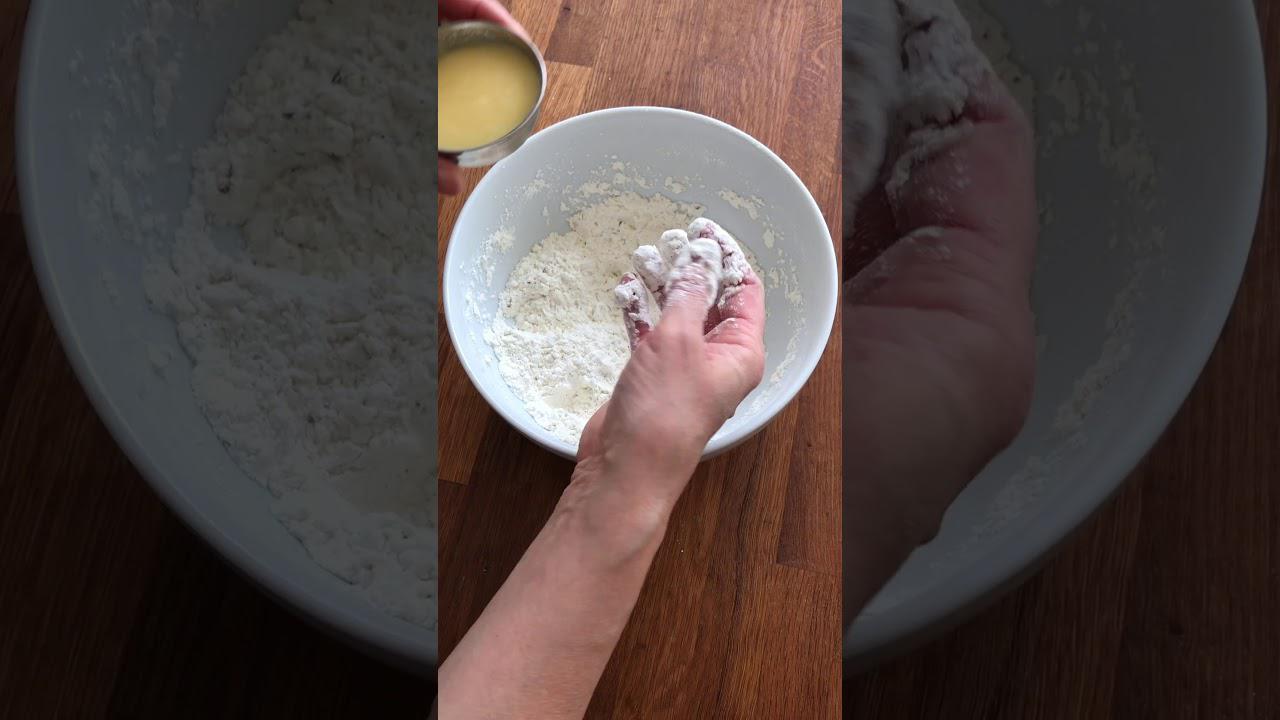 画像: サモサの皮をつくる 〜油と粉をなじませる|マバニ・マサコの本格スパイス料理|天然生活web youtu.be