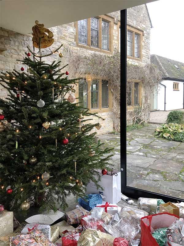 画像: 沢山のプレゼントが飾られたクリスマスツリー