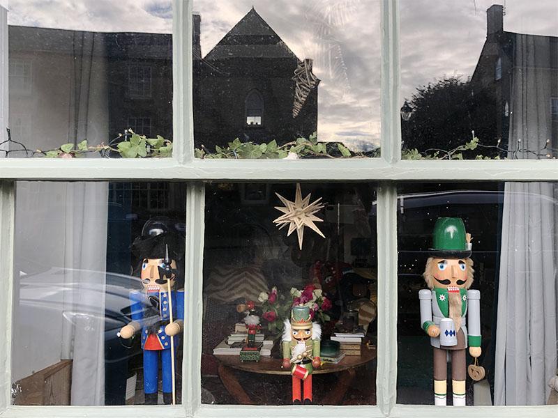 画像: アドベントカレンダーになった、街の家の窓。クリスマスの時期、必ずバレエで催される「くるみ割り人形」に出てくる兵隊さんたち