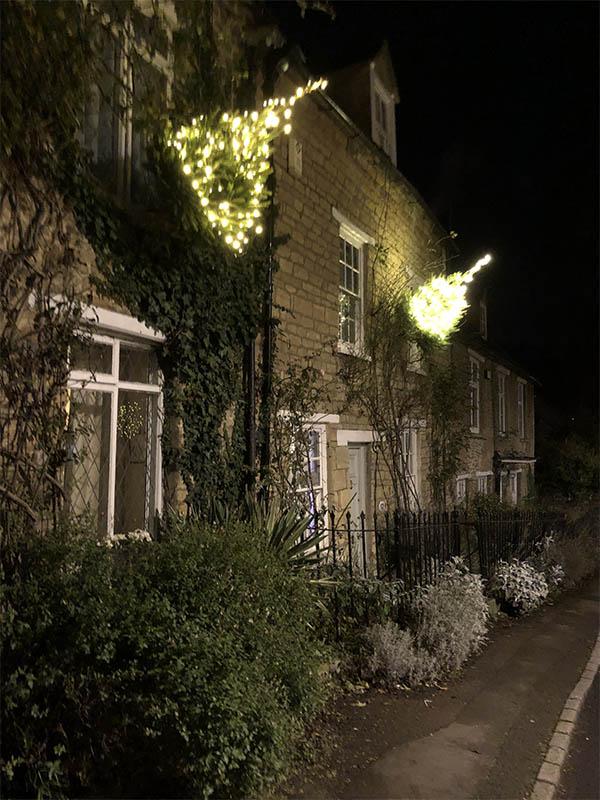 画像: チャールブリー村の名物、壁に飾られたクリスマスツリー