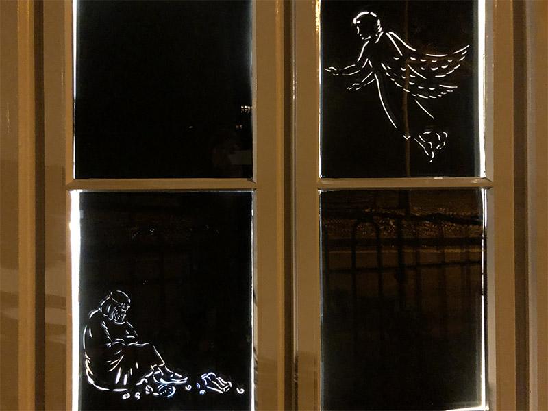 画像: 天使が羊飼いにキリストが生まれてくることを告げているシーン