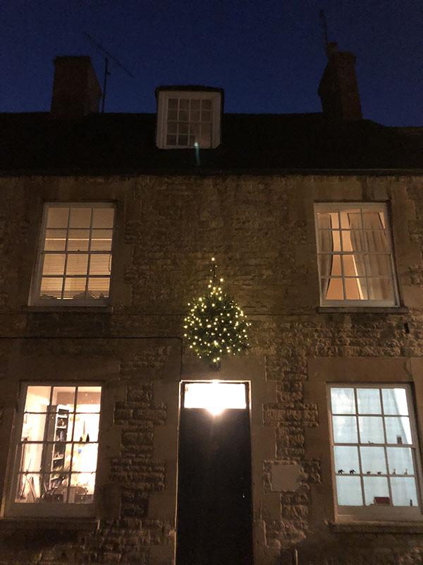 画像1: チャールブリー名物、壁に飾られるクリスマスツリー