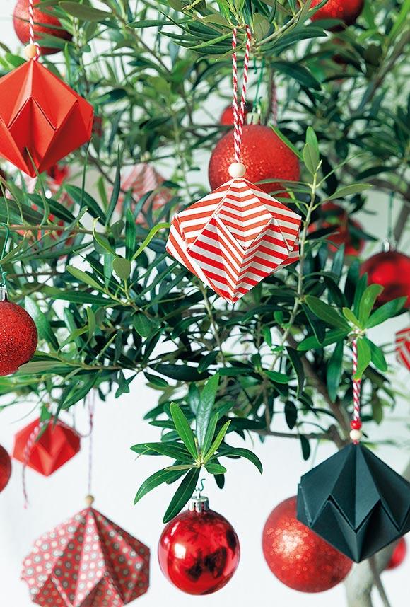 画像: 気に入った模様の紙を折ってつくった手づくりのクリスマスオーナメント