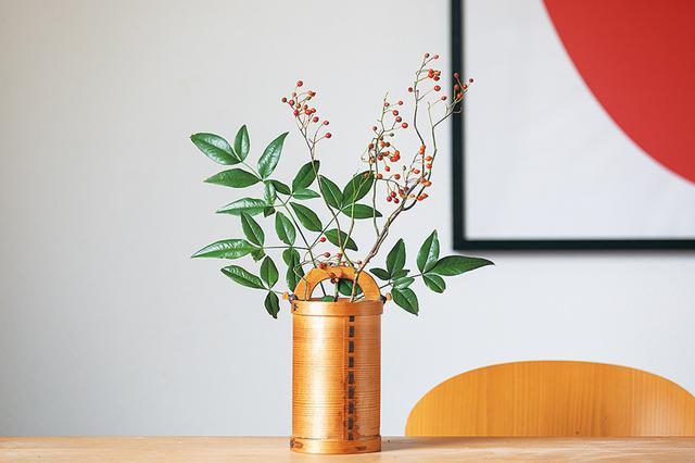画像: お正月らしいしっとりとした花器に活けると、また違う華やかな和の表情を見せてくれる