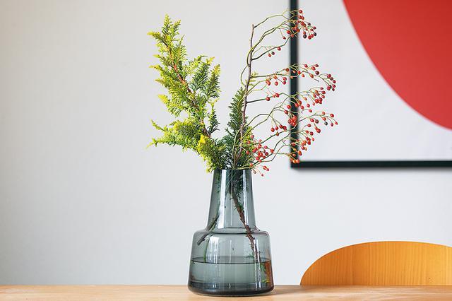 画像: 「どんな花でも素敵に見せてくれる」とお気に入りの、ホルムガードのフラワーベースで