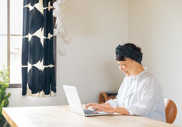 画像: お正月のお取り寄せの担当は、お母さま。電話で相談しながら、スマートフォンの買い物メモを確認しながら注文を。みんなの喜ぶ顔を思いつつ
