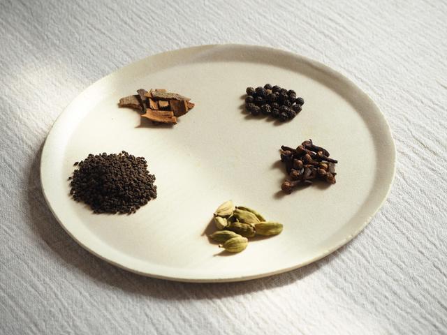 画像: マサラチャイの材料。左から時計回りに、茶葉、シナモン、ブラックペッパー、クローブ、カルダモン