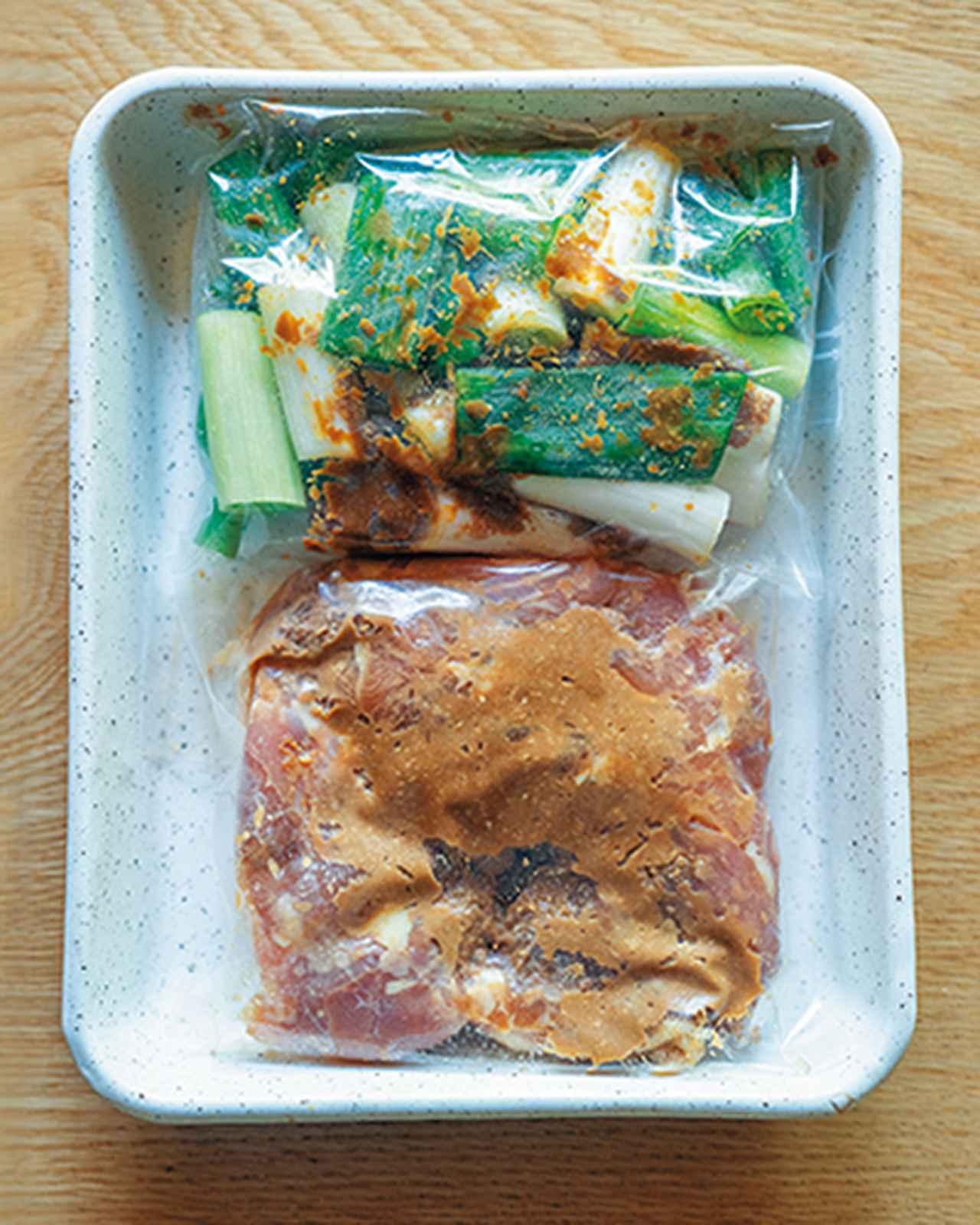 画像: とり肉とねぎは別々の保存容器に入れて、冷蔵庫にひと晩~3日漬ける